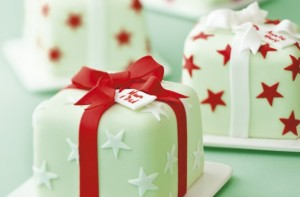 decorate a Christmas cake